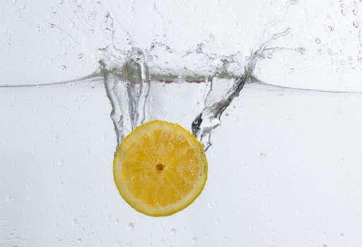 柠檬和温水